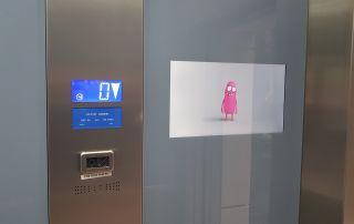 Ecran ascenseur derriere planilaque